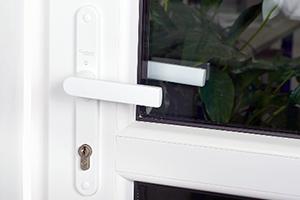 Дверь ПВХ с нажимным гарнитуром 1